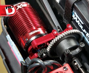 An aluminum motor mount also serves as the center diff support. The motor screws are accessed by an L-type Allen key, so keep those tools that came with the kit on hand. Here you can see the center diff that helps distribute power to the front and rear. The spur gear is steel, a must in a 6S monster.