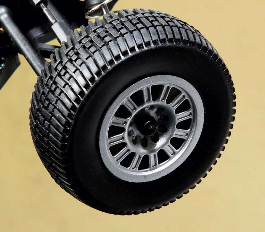 Tires on the DB4.18 have a great all-around tread for dirt, asphalt and more while the 12-spoke rims are quite eye catching.