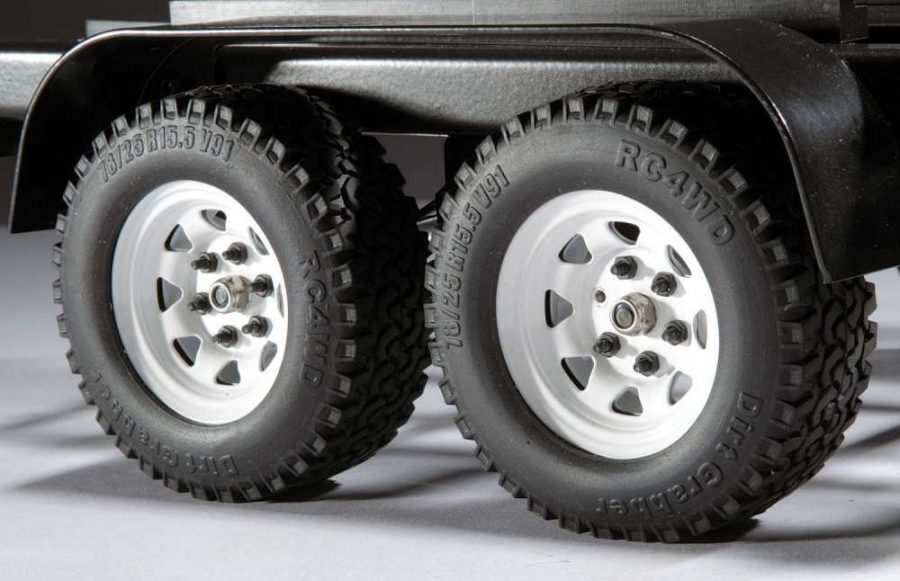 RC4WD Dirt Grabber tires are mounted on stamped steel three-piece beadlock wheels for a realistic look. Metal fenders cover the tires and give the trailer a realistic look.