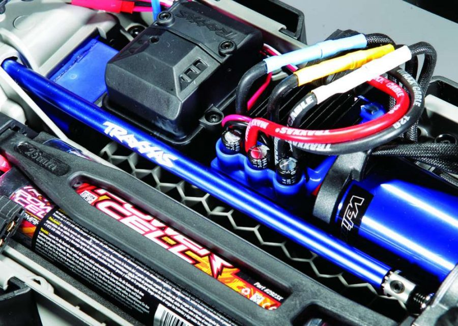 The heart of the 4WD Slash comes in the form of a powerful Velineon brushless system and 7-cell NiMh battery. This system can handle a 3S LiPo pack.