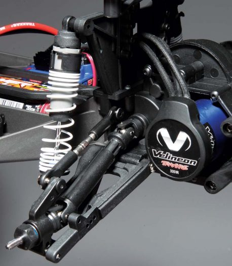 The Velineon brushless motor is a standard feature on this version of the Slash and makes for some seri- ous speed. Well proven suspension arms are long and coupled with the oil-filled shocks with progressive rate springs, the Slash is able to make easy work of tough conditions.