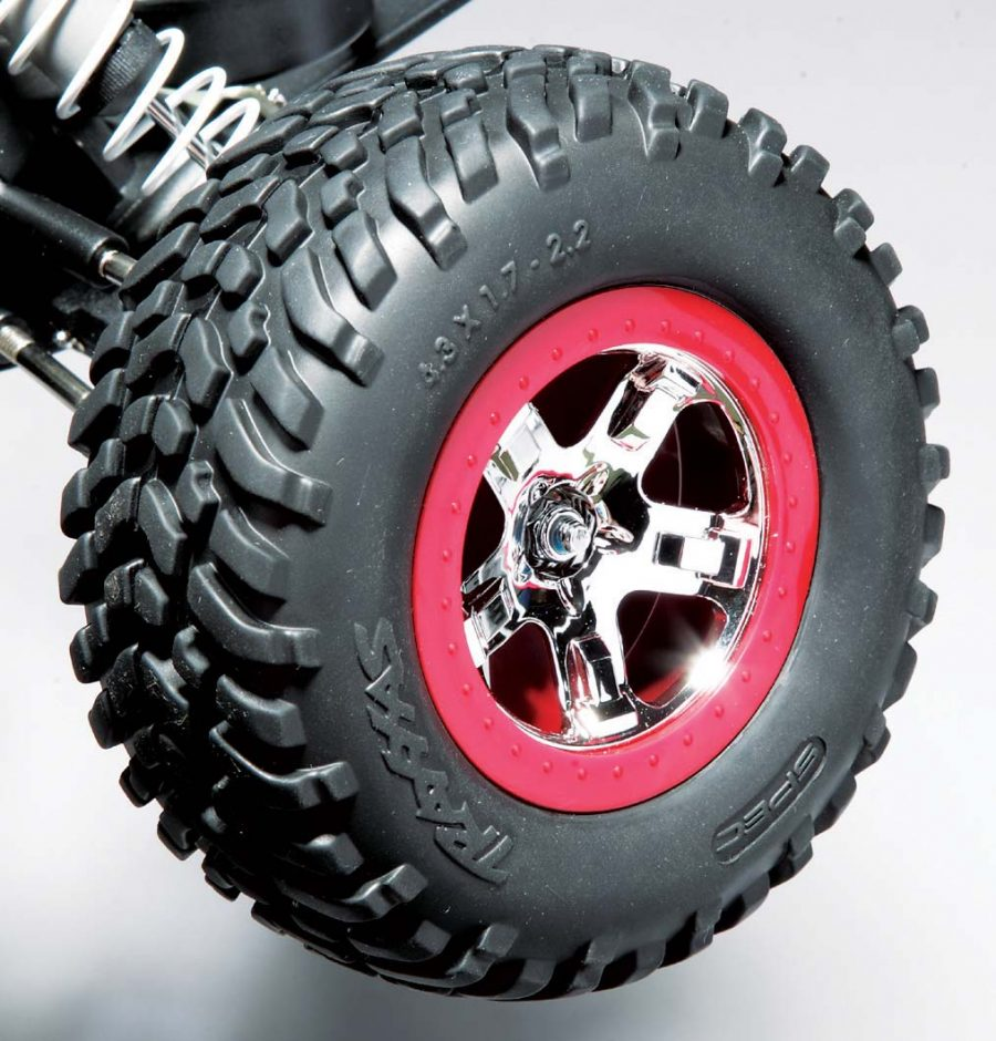 The faux red beadlock on the chrome 5-spoke rim looks great while the stan- dard Traxxas slash tire is always a great choice for all around use.