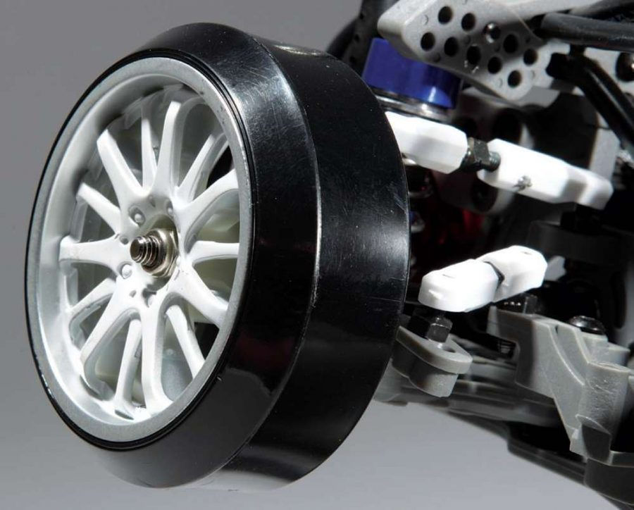 Included is a full set of white spoke rims with a silver lip. Drift cut plastic tires are included and clear the body easily when at full lock.